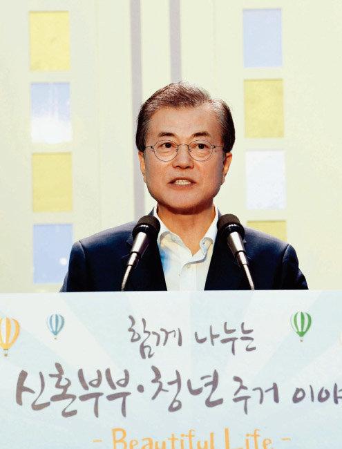 7월 5일 문재인 대통령이 서울 구로구 한 행복주택 아파트 광장 놀이터에서 열린 신혼부부·청년 주거대책 발표 행사에서 인사말을 하고 있다. [동아DB]