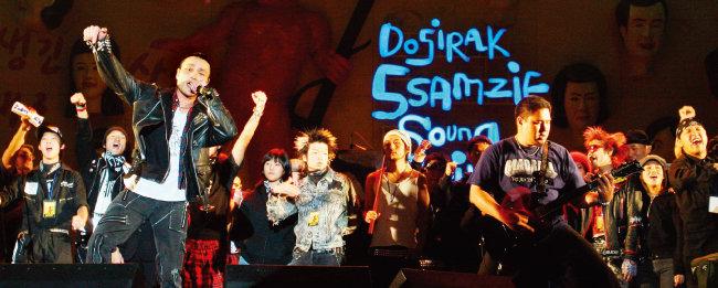 2005년 10월 2일 오후 한양대 종합운동장과 노천극장에서 이원으로 열린 도시락 & 쌈지사운드페스티벌 '생긴대로 살자' 중 럭스의 보컬 원종희 (왼쪽)가 열창하고 있다. [뉴시스]