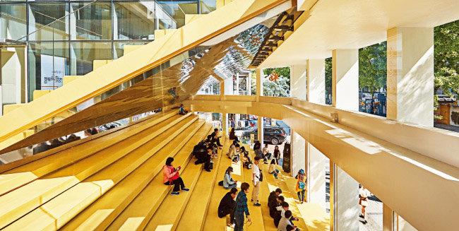 KB국민은행은 40여 년간 은행 영업점으로 사용하던 서울 마포구 홍대거리 은행 건물을 리모델링해 복합문화공간 'KB락스타 청춘마루'로 탈바꿈시켰다. 외부에 노출된 노란 계단은 홍대거리 만남의 장소로  애용된다. [사진 제공 · KB국민은행]