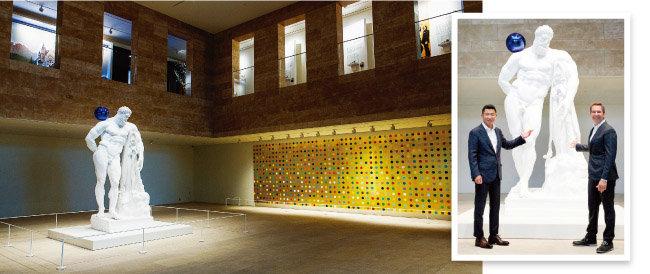 아트스페이스 상설전시실에 전시된 제프 쿤스와 데이미언 허스트의 작품(왼쪽) 9월17일 아트스페이스 개관식에 참석해 자신의 작품 앞에서 포즈를 취한 제프 쿤스(오른쪽)와 전필립 파라다이스그룹 회장.