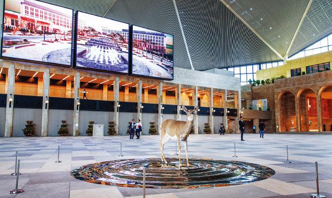 지난 추석 연휴 때 개장한 플라자 스퀘어에 설치된 김명범 작품 '원'의 일부. 어린 사슴이 바라보는 방향으로 높은 기둥 위에 나뭇가지 형태의 뿔을 가진 사슴이 설치돼 있다.