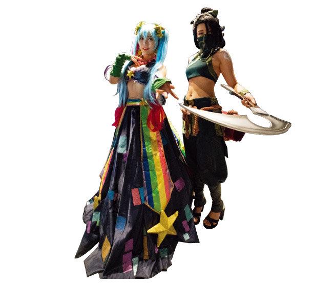 리그 오브 레전드에 나오는 챔피언으로 분장하고 포즈를 취한 모델들의 모습.