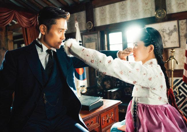 넷플릭스는 스튜디오드래곤이 제작하고 tvN이 방영한 드라마 '미스터 션샤인'에 전체 제작비의 70%에 달하는 300억 원가량을 투자했다. [동아DB]