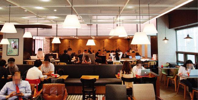 서울 강남 신논현의 한 카페에서 직장인들이 커피 타임을 즐기고 있다. [사진 제공 · 할리스커피]