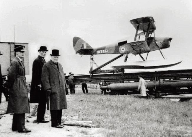 1941년 최초의 성공적 무인기 '여왕벌'의 비행을 참관한 윈스턴 처칠. [사진 제공 · 영국전쟁박물관]