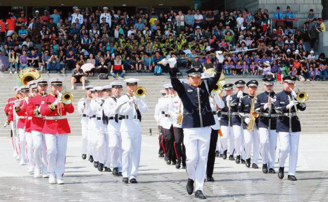 6월 1일 서울 용산구 전쟁기념관에서 열린 군악·의장 행사 퍼레이드. [동아일보]