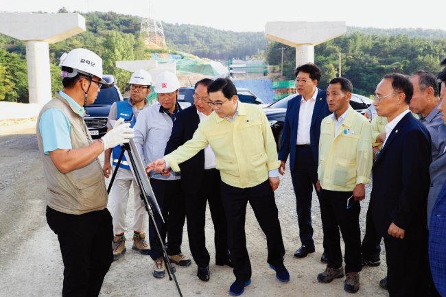 허성무 경남 창원시장(가운데)이 8월 20일 오후 제2안민터널 공사현장을 찾아 공사 진행 상황을 보고받고 있다. [뉴시스]