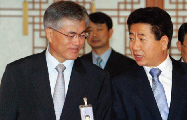 노무현 정부 시절 문재인 비서실장(왼쪽)과 노 대통령. [동아DB]