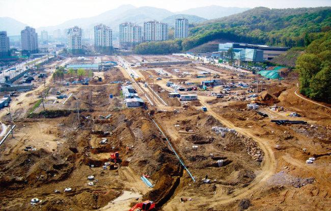 2000년대 후반 판교신도시 개발에 대한 기대감이 형성되면서 인근 지역의 시세도 덩달아 상승했다. 사진은 2009년 5월 경기 성남시 판교신도시 내 단독주택용지의 대지조성 공사 현장. [뉴시스]