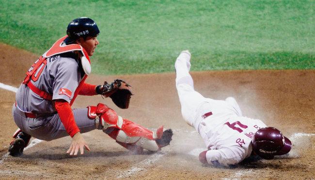 10월 30일 2018 KBO 플레이오프 3차전에서 넥센 히어로즈 김혜성이 몸을 던져 득점하는 모습. 잘 던지고 잘 칠수록 이런 역동적인 장면을 보기 어려워진다. [동아DB]