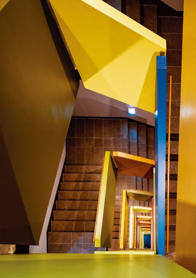디어스 타워의 중앙계단은 웬만한 페인트로는 좀처럼 그 색을 내기 어려운 12가지 색깔로 장식돼 있다. '색을 다루는 회사' 사옥이라는 자부심을 상징한다. [사진 제공 · 나르실리온(김용순)]