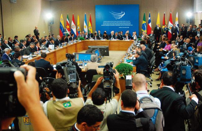 남미국가연합(우나수르) 회원국 정상들이 회의하고 있는 모습. [위키피디아]