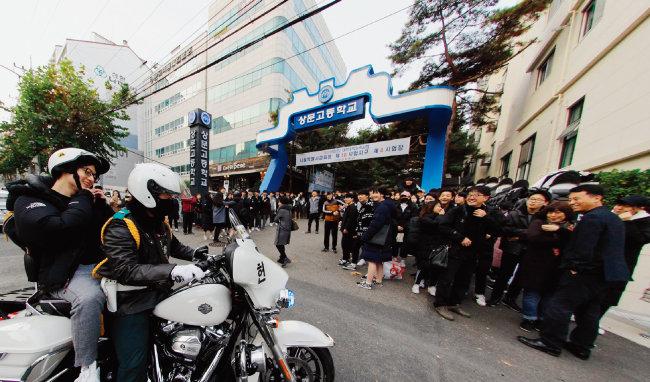 1. 시험시간이 임박한 수험생을 경찰이 오토바이로 운송하고 있는 모습. [박해윤]