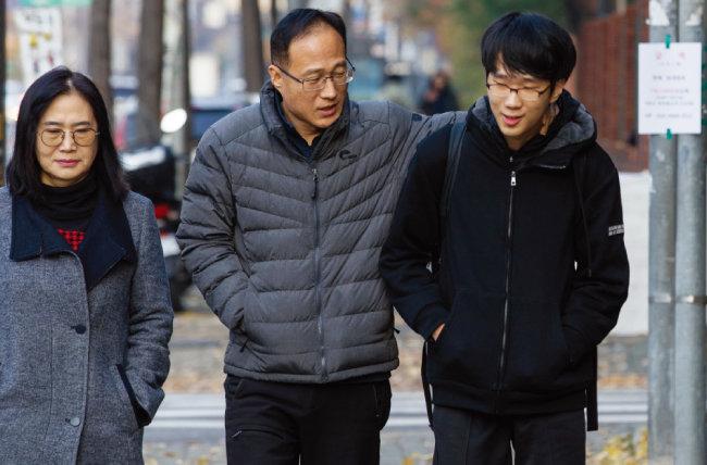 2. 한 학생이 부모님의 응원을 받으며 고사장으로 들어가고 있다. [조영철]