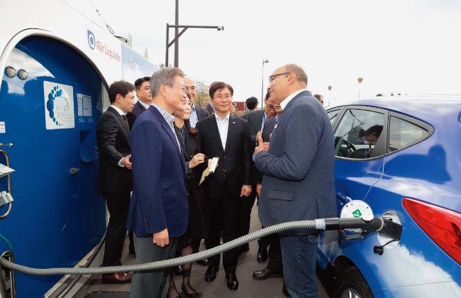 문재인 대통령이 10월 14일 프랑스 파리 도심의 수소충전소를 방문해 현대차의 수소전지차 '투싼'을 운전하는 택시기사와 대화를 나누고 있다. [뉴시스]