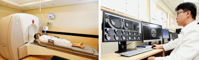 감마나이프 방사선 수술 모습(왼쪽)과 MRI(자기공명영상)를 보며 감마나이프 수술 치료 계획을 세우고 있는 김종현 고대구로병원 신경외과 교수.[박해윤 기자]