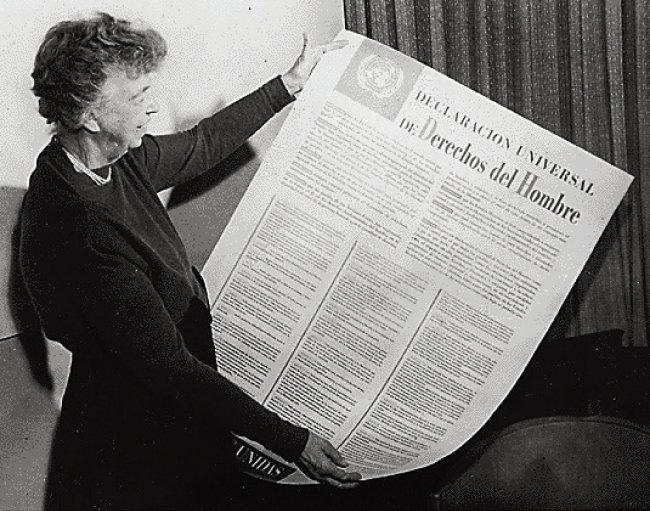 세계인권선언의 산파 역할을 한 엘리너 루스벨트 여사(프랭클린 루스벨트 미국 대통령의 부인)가 스페인어로 된 세계인권선언을 보고 있다. [사진 제공 · 프랭클린 루스벨트 도서관]