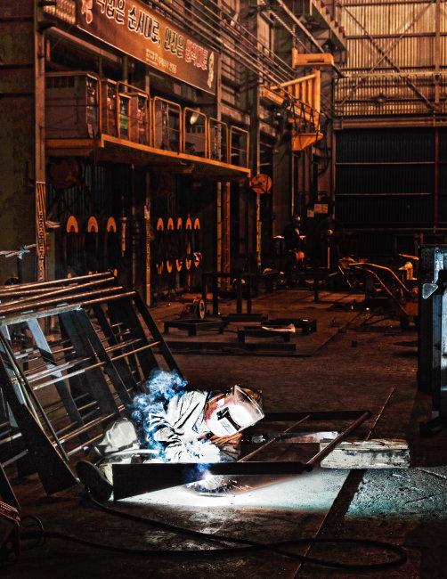 경남 거제시에 위치한 칸정공에서 한 근로자가 선박 의장품을 제작하고 있다. [박해윤 기자]