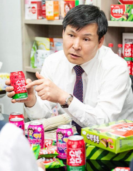 히트 제품인 '수박소다' '수박통통' 관련 회의를 주재하는 김성규 ㈜에스에프씨바이오 대표. [홍태식]