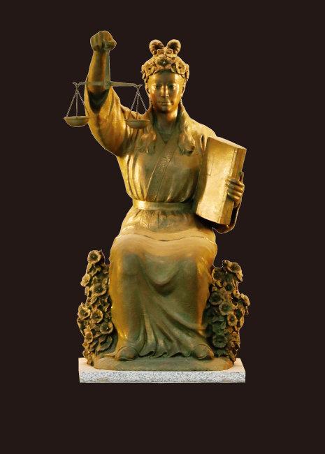 대법원 로비에 있는 '정의의 여신'상. 지금 법원은 공정한 재판을 위한 개혁이 아니라 내부 투쟁에 휩싸여 있다.