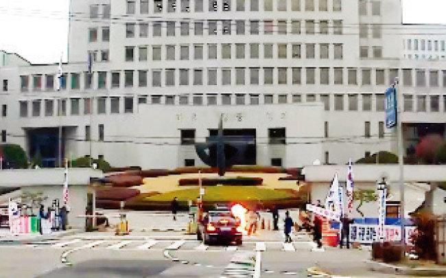 법원 판결에 불만을 품은 70대 농민으로부터 화염병 투척을 받은 김명수 대법원장의 차량. [뉴스1]