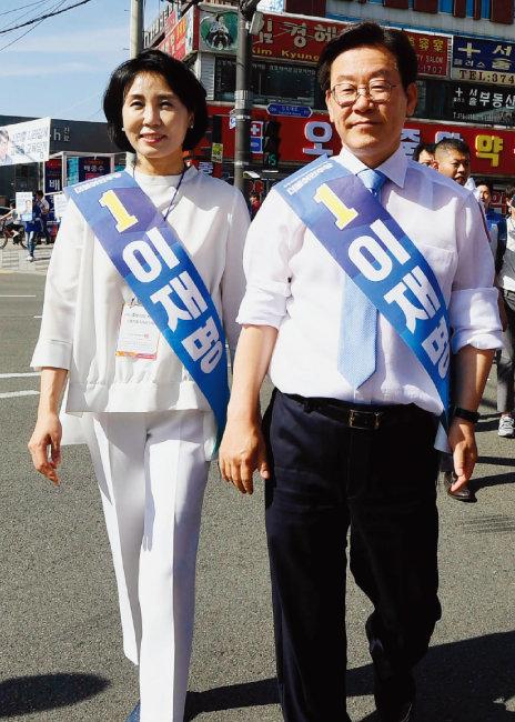 전국동시지방선거 경기도지사 선거에 나선 이재명 후보와 아내 김혜경 씨가 6월 2일 선거운동을 하고 있다. [뉴시스]