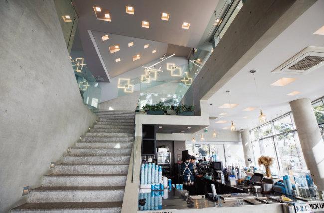 웨이브온 1층과 2층을 연결하는 계단 공간. 건축 가운데에 위치하지만 텅 비어 있다. [조영철 기자]