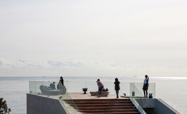 웨이브온의 옥상. 월내리 바닷가 전경을 한눈에 내려다볼 수 있다. [사진 제공 · 김재윤]