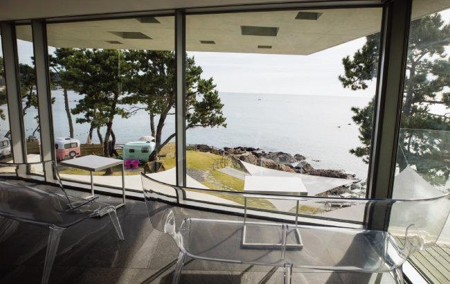 웨이브온을 찾는 손님들 사이에서 최고 명당으로 꼽히는 2층 창가의 투명벤치. [조영철 기자]