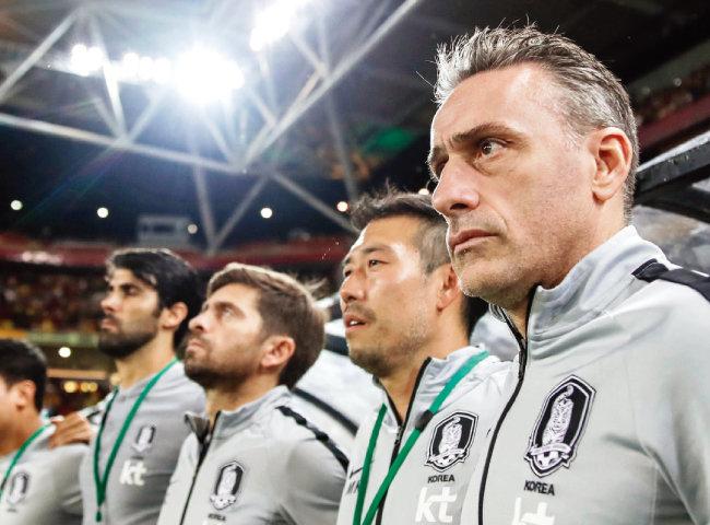 파울루 벤투 대한민국 축구대표팀 감독(오른쪽)이 11월 17일 호주 브리즈번 선코프스타디움에서 열린 호주와 평가전에서 코치진과 나란히 서 있다. [사진 제공 · 대한축구협회]