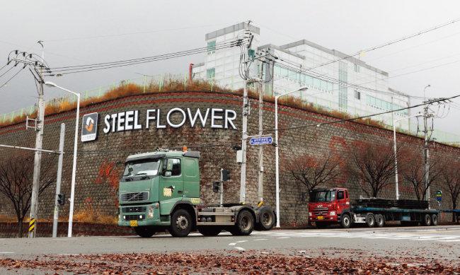 포항 남구 포항철강산업단지에 자리한 스틸플라워는 5월 법정관리를 신청한 뒤 공장 매각을 추진하고 있지만, 번번이 입찰이 무산되고 있다. [박해윤 기자]