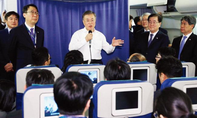 문재인 대통령이 12월 1일(현지시각) G20 정상회의가 열린 아르헨티나를 떠나 뉴질랜드로 향하는 대통령 전용기에서 기자간담회를 하고 있다. [청와대사진기자단]