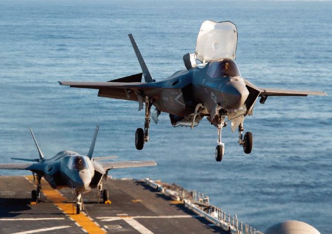미국 F-35B가 강습상륙함 아메리카호에 수직 착륙하고 있다. [미국 해군]