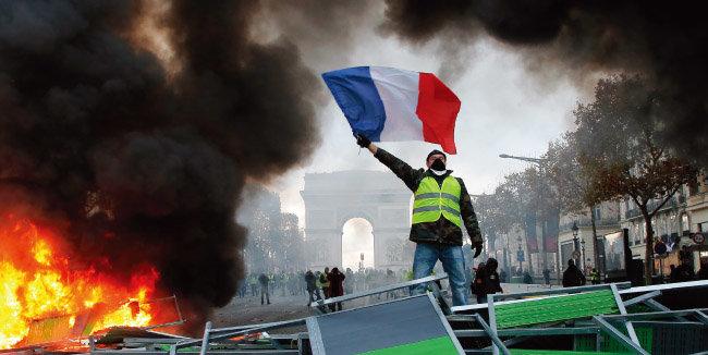 12월 1일 파리 개선문 앞에서 펼쳐진 노란조끼 시위에서 바리케이드가 불태워지고 있다. [AP=뉴시스]