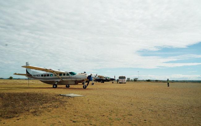 아프리카 대륙에 도착한 이후 경비행기가 주요 이동수단이 됐다.