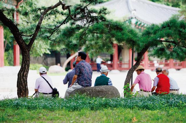 서울 탑골공원에서 시간을 보내고 있는 노인들. [변영욱 동아일보 기자]