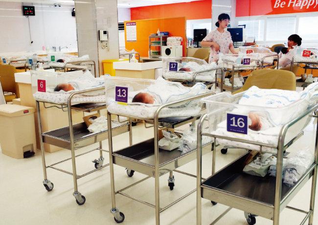 서울 강서구 미즈메디병원 신생아실에서 간호사들이 신생아들을 살피고 있다. [박경모 동아일보 기자]