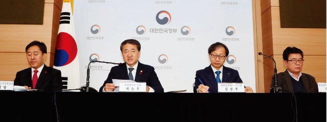 12월 14일 오전 박능후 보건복지부 장관(왼쪽에서 두 번째)이 서울 종로구 정부서울청사 별관에서 제4차 국민연금 종합운영계획안을 발표하고 있다. [동아DB]