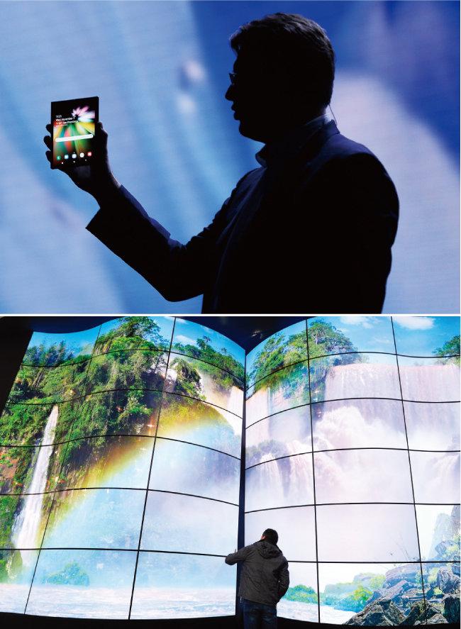 11월 7일 미국에서 열린 삼성 개발자 콘퍼런스에서 저스틴 데니슨 삼성전자 미국법인 상무가 내년 출시가 예상되는 폴더블폰 '갤럭시F'(가칭)를 선보이고 있다(위). 10월 24일 서울 강남구 코엑스에서 열린 2018 한국전자전에서 선보인 LG전자 올레드(OLED) TV. [AP뉴시스, 뉴스1]