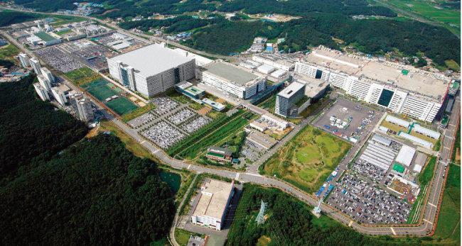 LG디스플레이의 경기 파주 공장 전경. LG디스플레이는 파주 공장에 OLED 생산을 위한 신규 라인 건설에 나섰다. [제공·LG디스플레이]