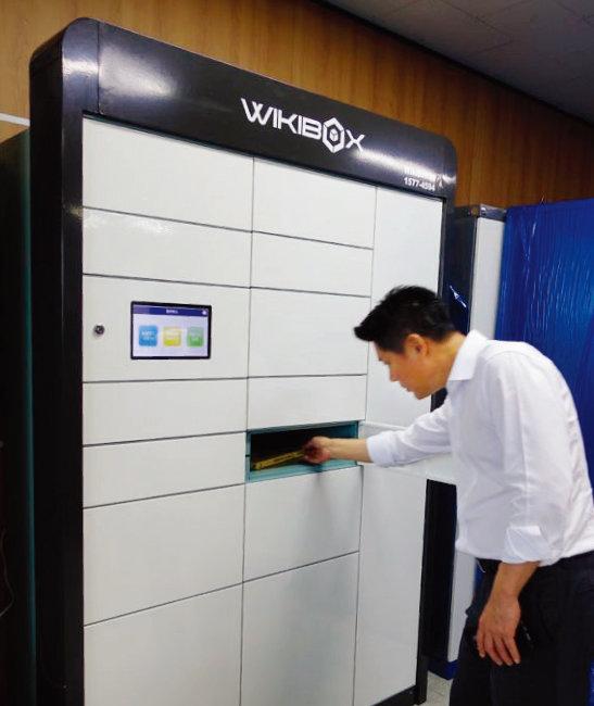사무실에 설치된 'O2O 박스'에서 한 직장인이 물건을 찾고 있다. [사진 제공·위키박스]