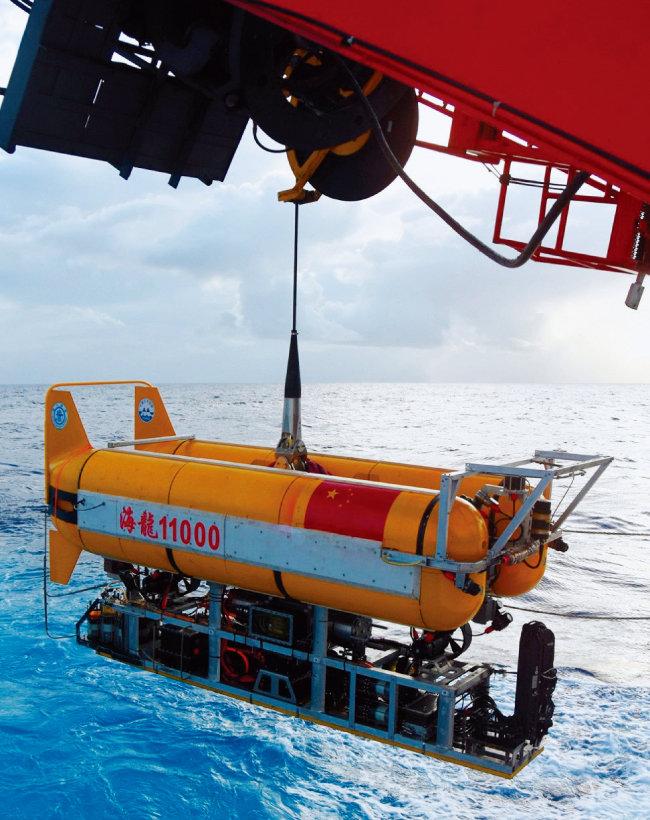 중국이 해저 탐사를 위해 무인잠수정 하이룽 11000호를 잠수시키고 있다. [중국 과학원]