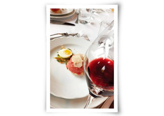 피에몬테식 쇠고기 육회 요리인  바투타 디 만초 피에몬테제와 바르베라 다스티. [사진 제공 · 김상미]
