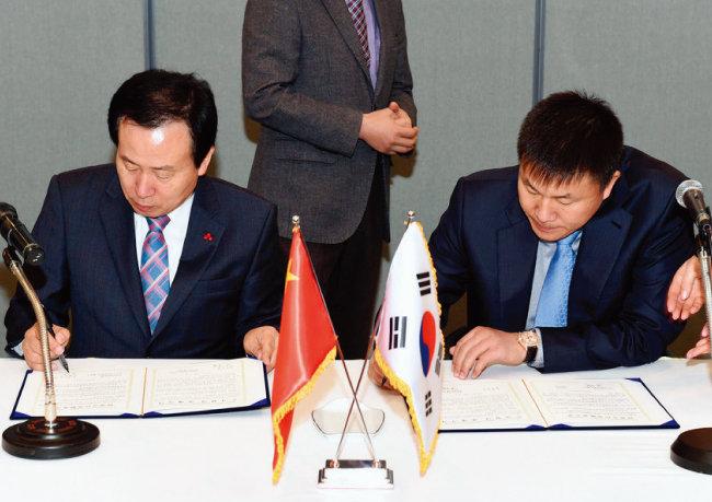2015년 12월 쑹치 빠오화스예그룹 회장(오른쪽)이 목포시와 투자협력 양해각서를 체결하고 있다. 왼쪽은 박홍률 당시 목포시장. [목포시청 홈페이지]