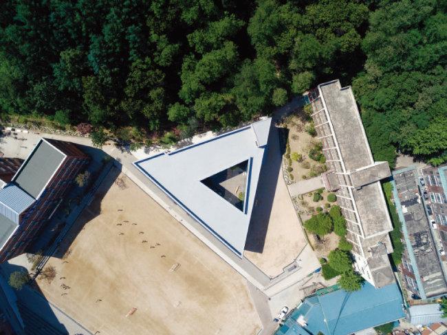 삼각학교 바로 위에서 촬영한 모습이다. '삼각형 안 삼각형'으로 중정이 살짝 틀어지게 지어진 것을 알 수 있다. [사진 제공 · 노경]