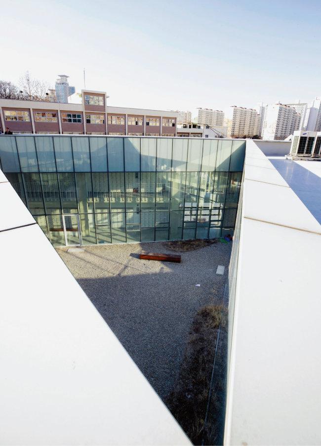 삼각학교 옥상에서 내려다본 중정. [사진 제공 · 노경]