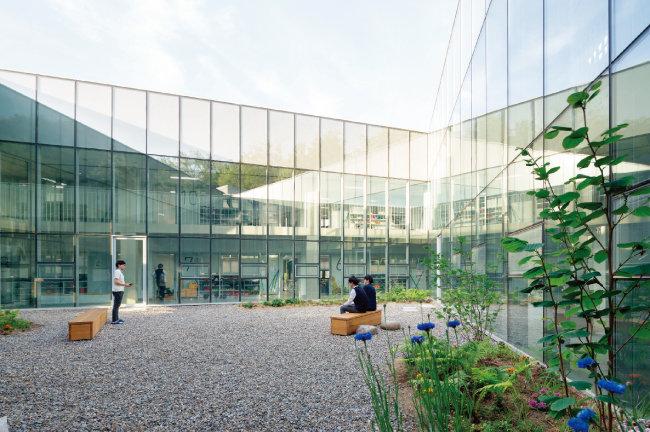 투명한 유리로 둘러싸인 중정의 풍경. 실내공간을 환하게 만드는 동시에 다른 층 학생들과 소통도 가능하게 해준다. [사진 제공 · 노경]