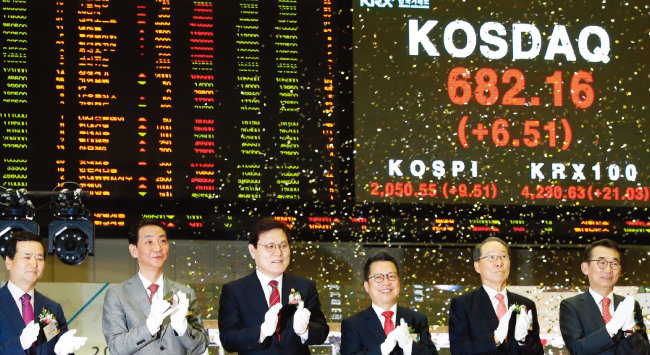 최종구 금융위원장(왼쪽에서 세 번째)이 1월 2일 오전 서울 영등포구 한국거래소에서 열린 2019 증권-파생상품시장 개장식에서 주요 참석자들과 함께 박수 치고 있다. [뉴스1]