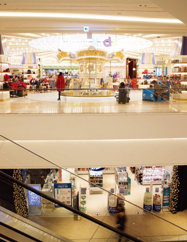 최근 저층부에 영·유아를 위한 매장과 체험공간을 전면 배치한 신규 쇼핑센터와 백화점이 부모들 사이에서 호평받고 있다. 사진은 지난해 12월 14일 위례신도시에 오픈한 '스타필드 시티 위례'. [지호영 기자]