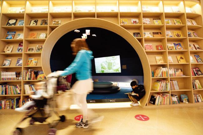 '스타필드시티 위례' 2층에 마련된 '별마당 키즈'는 누구나 자유롭게 동화책을 읽을 수 있는 공간으로 이곳 명물로 자리 잡았다. [지호영 기자]